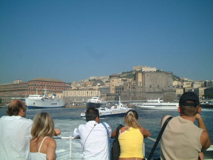 ヌオーヴォ城と王宮をフェリーから眺める