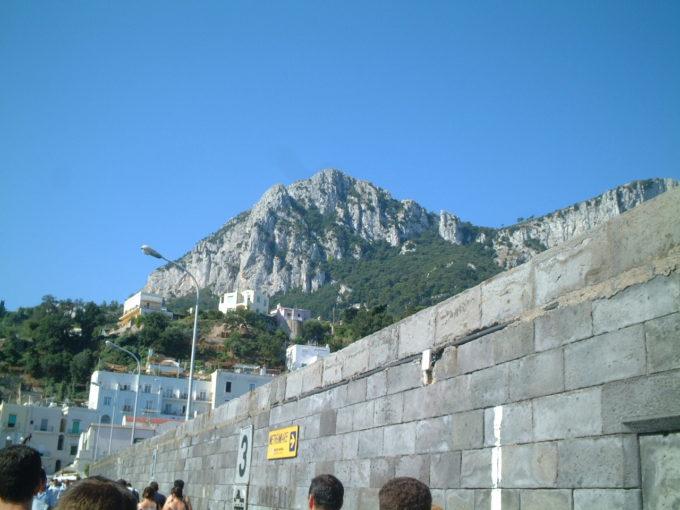 モンテ・ソラーロ山をマリーナグランデから眺める